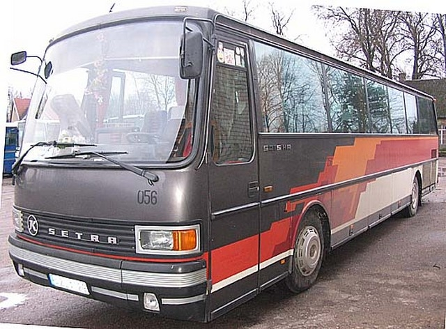Autobusas SETRA. Oro kondicionierius, garso aparatūra (audio, video,CD), mikrofonas, virdulys, atlenkiamos sėdynės, šaldytuvas, bagažo skyrius. Sėdimų vietų skaičius 48.