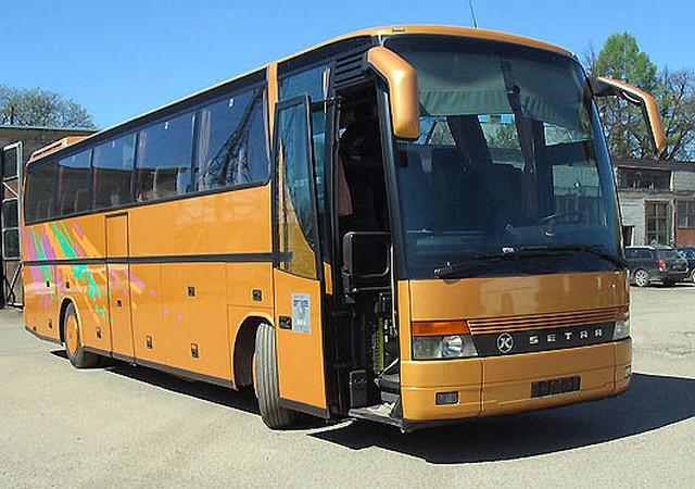 Autobusas SETRA. WC, oro kondicionierius, garso aparatūra (audio, video, CD), mikrofonas, virdulys, atlenkiamos sėdynės, šaldytuvas, bagažo skyrius. Sėdimų vietų skaičius 50.