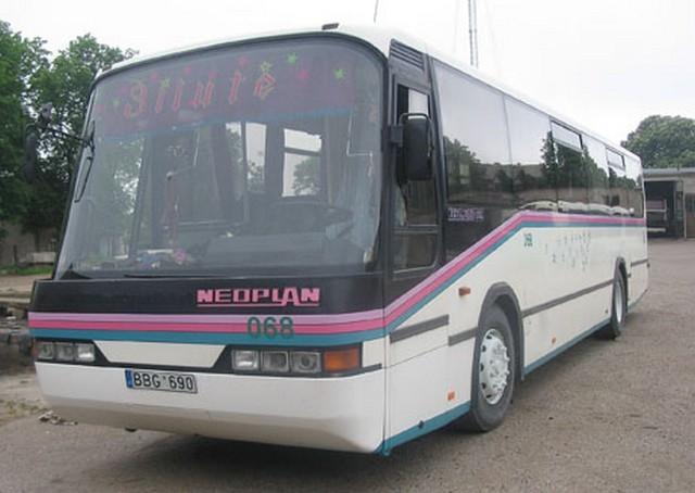 Autobusas NEOPLAN. Neatlenkiamos sėdynės. Sėdimų vietų skaičius 45.